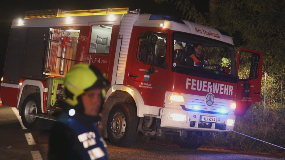 Auto landet bei Unfall in Thalheim bei Wels in einem Feld