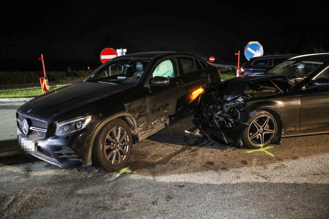 Kollision zwischen zwei Autos in einem Kreuzungsbereich in Pichl bei Wels
