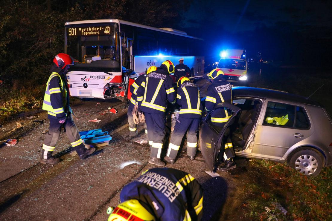 Autolenker bei Kollision mit Linienbus in Steinerkirchen an der Traun schwer verletzt