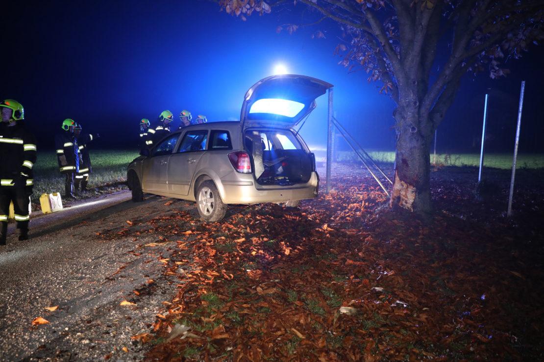 Auto bei Unfall in Sipbachzell gegen Baum gekracht