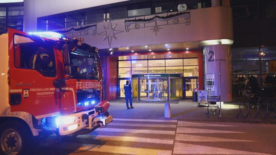 Personenrettung: Zwei Personen in Drehtüre eines Einkaufszentrums in Wels-Waidhausen eingeschlossen