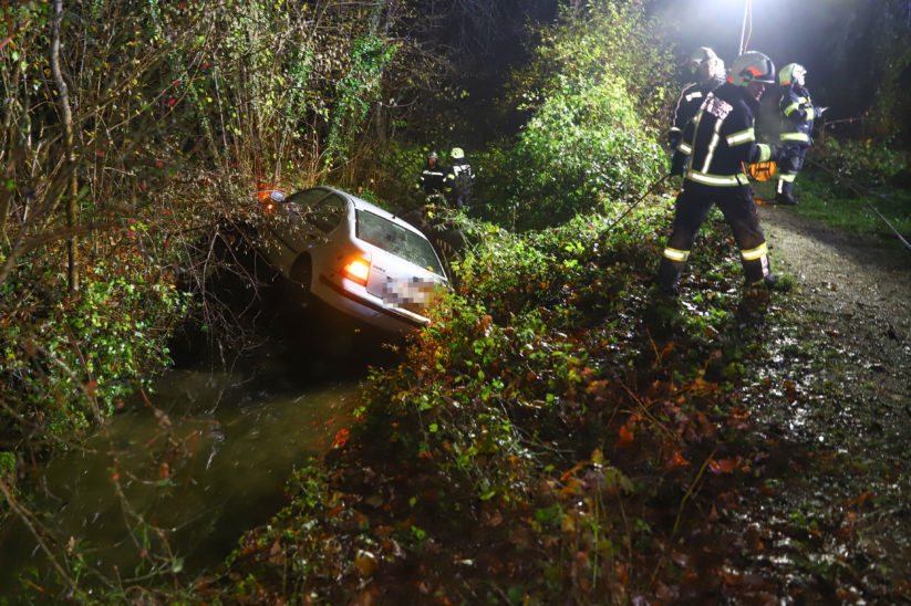 Auto landet bei Unfall in Bad Wimsbach-Neydharting im Wimbach
