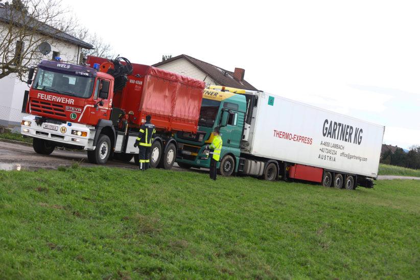LKW verirrte sich in Wels-Puchberg in Siedlung und blieb in Wiese stecken