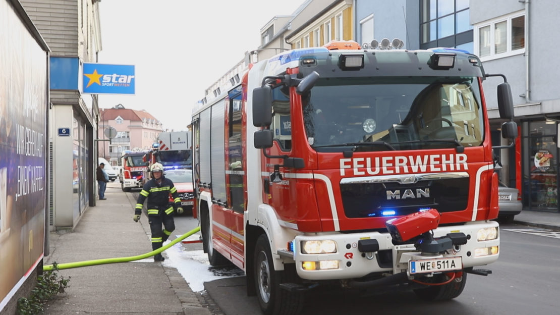 Brand im Bereich des Dachstuhls eines Geschäfts- und Wohngebäude in Wels-Neustadt