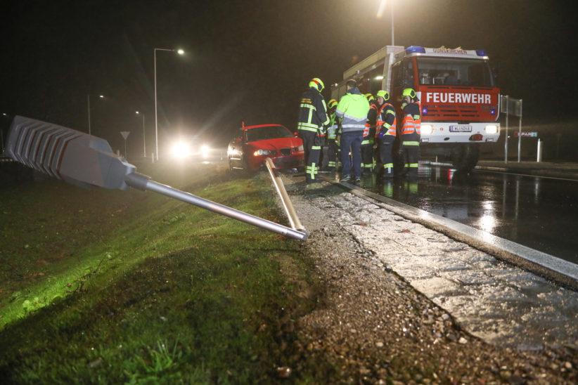 Auto räumt Verkehrsleiteinrichtungen und Straßenbeleuchtung im neuen Kreisverkehr in Gunskirchen ab