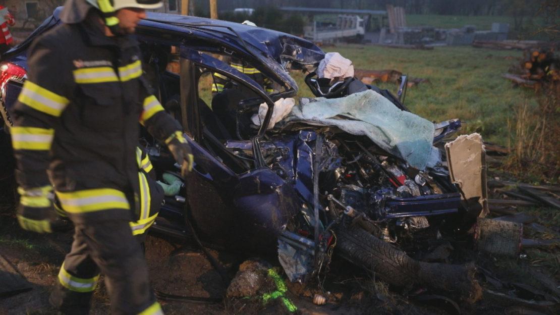 Tödlicher Verkehrsunfall zwischen Auto und LKW auf der Innviertler Straße bei Krenglbach