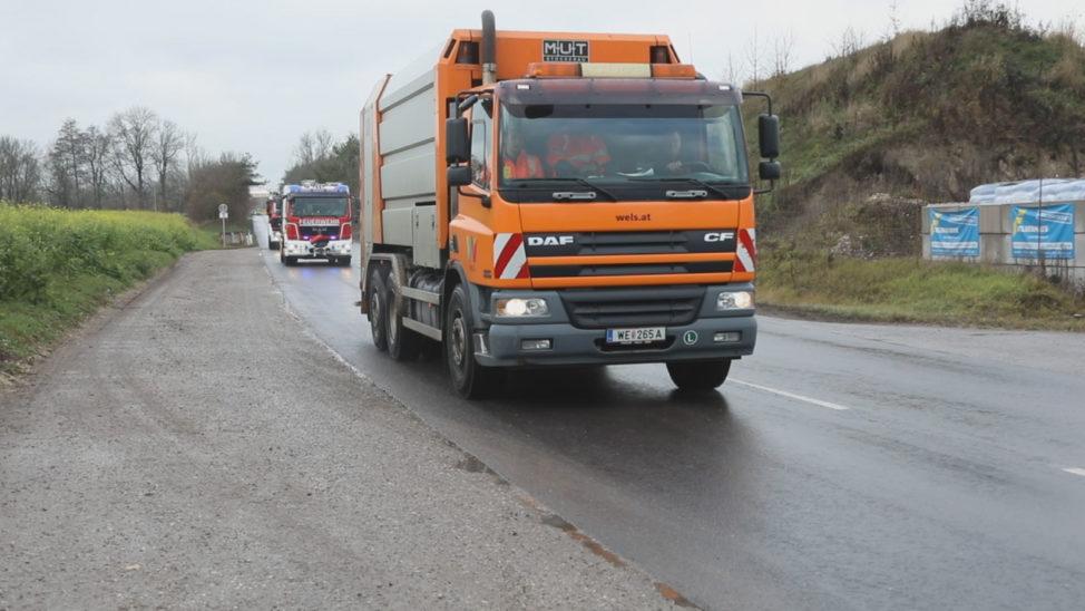 Feuerwehr eskortierte Müllwagen mit brennender Ladung in Wels-Schafwiesen zur Abfallverwertung