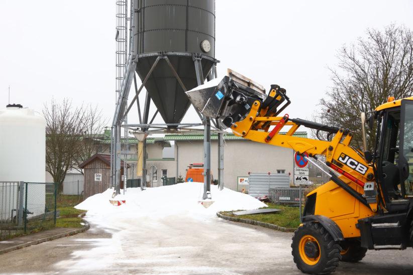 Ursache unklar: 150 Tonnen Streusalz aus Salzsilo in Marchtrenk auf die Straße gerieselt