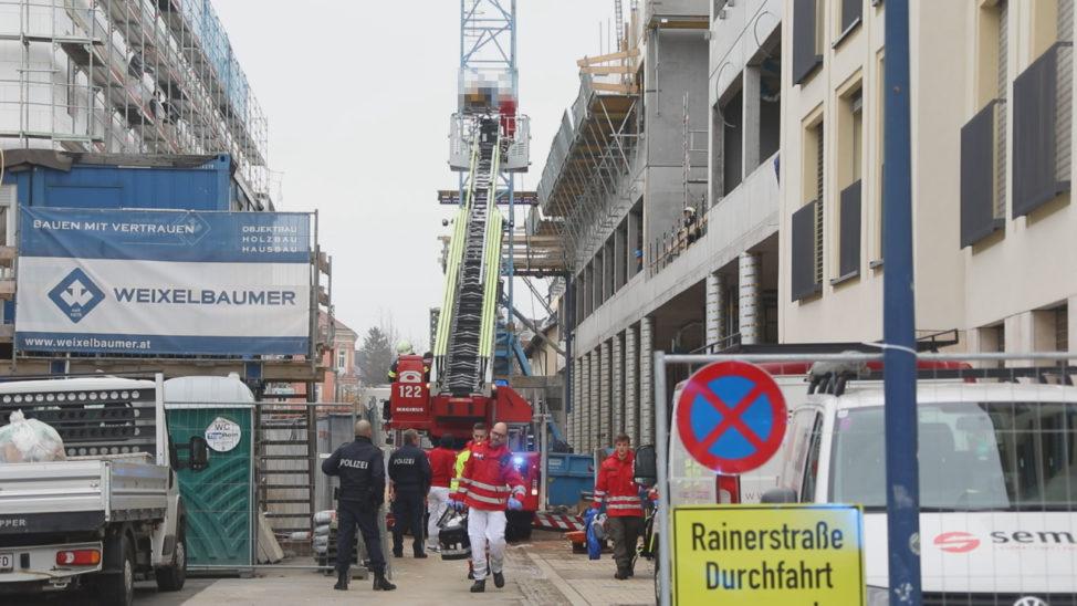Personenrettung nach schwerem Arbeitsunfall auf Baustelle in Wels-Innenstadt