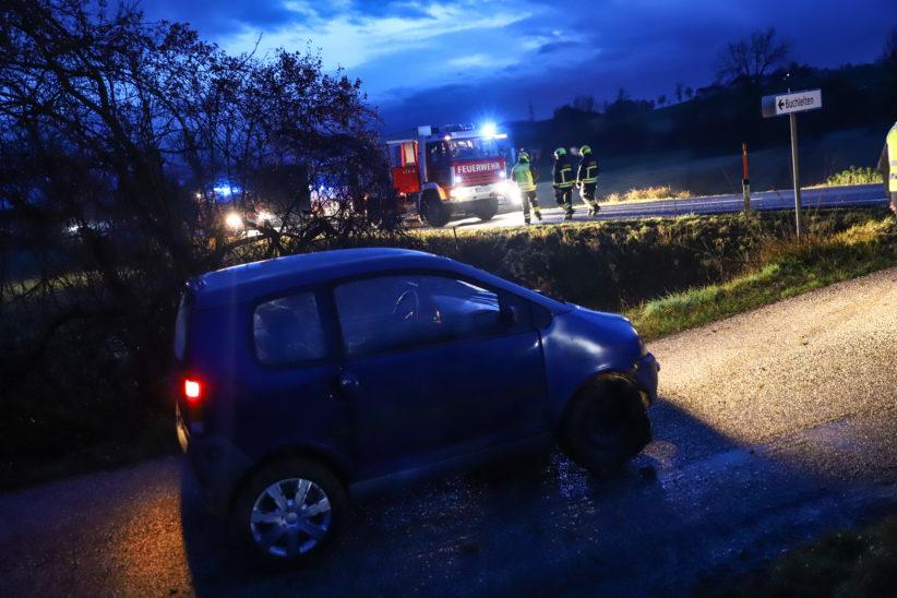Mopedauto landete bei Unfall in Gunskirchen in einem Feld