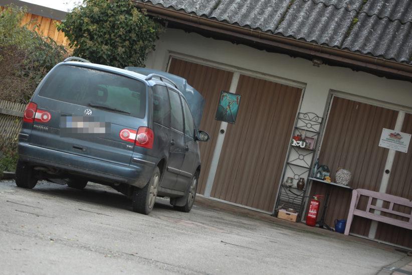 Brand im Motorraum eines Autos in Eberstalzell