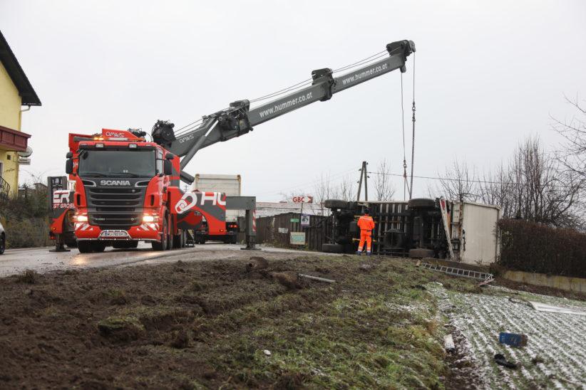 LKW-Anhänger bei Unfall auf Innviertler Straße bei Krenglbach umgestürzt