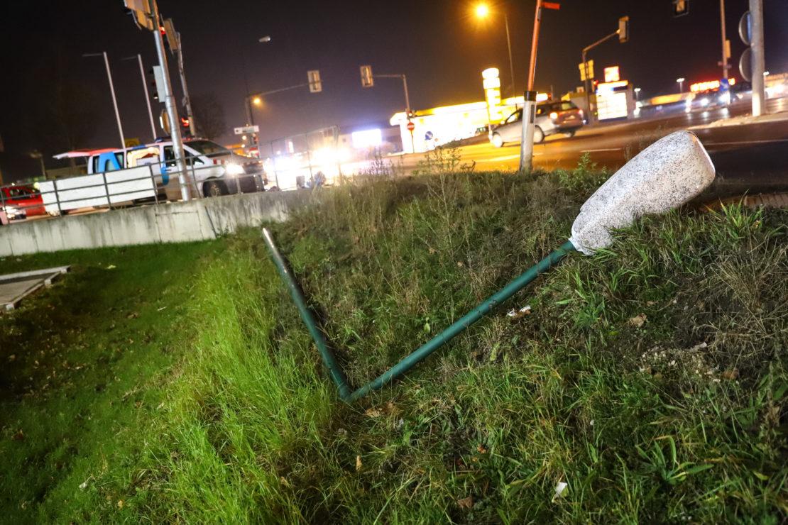LKW kollidiert in Wels-Waidhausen mit Straßenbeleuchtung