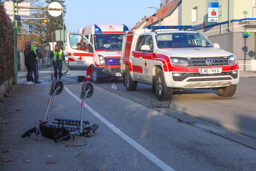 Fußgängerin mit Rollator in Wels-Vogelweide von Fahrzeug erfasst und schwer verletzt