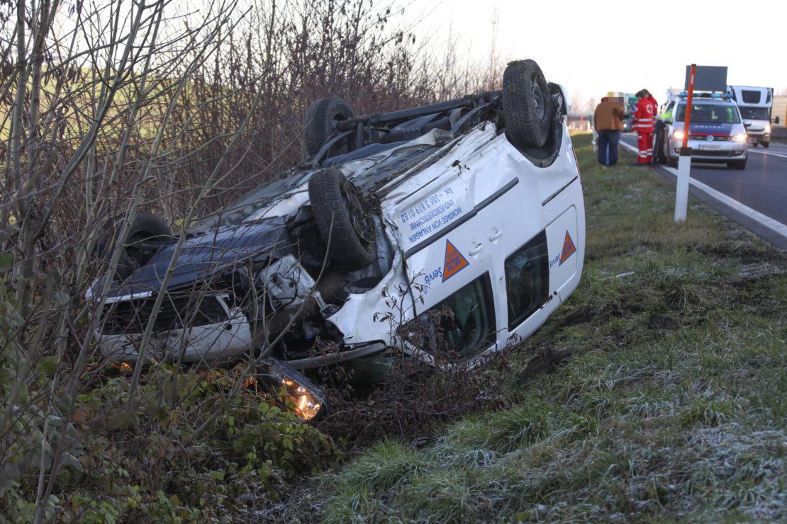 Kleintransporter auf Innkreisautobahn in Krenglbach überschlagen