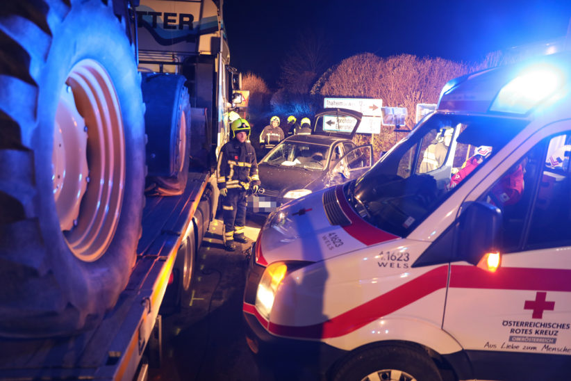 Familie bei Kreuzungscrash zwischen Auto und LKW in Steinerkirchen an der Traun verletzt
