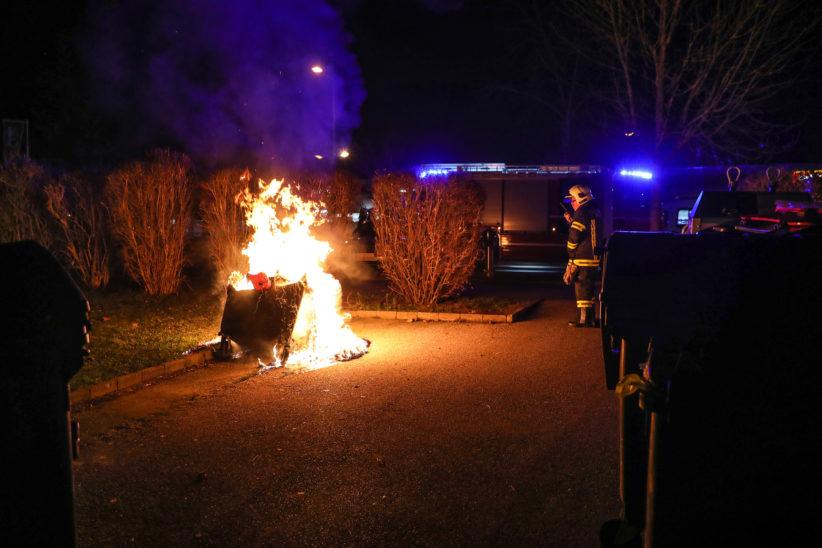 Papiercontainer in Wels-Lichtenegg mit Feuerwerkskörper in Brand gesetzt