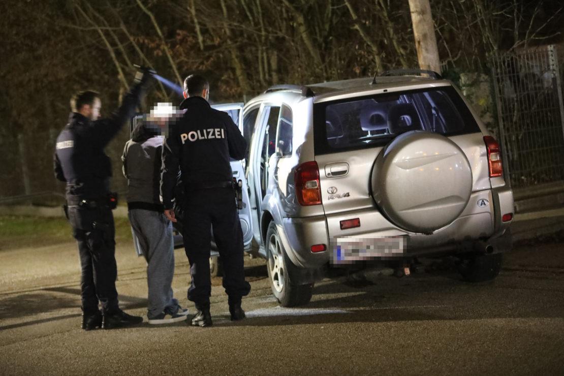 Insassen eines gestohlenen Autos liefen nach Unfall in Wels-Vogelweide davon