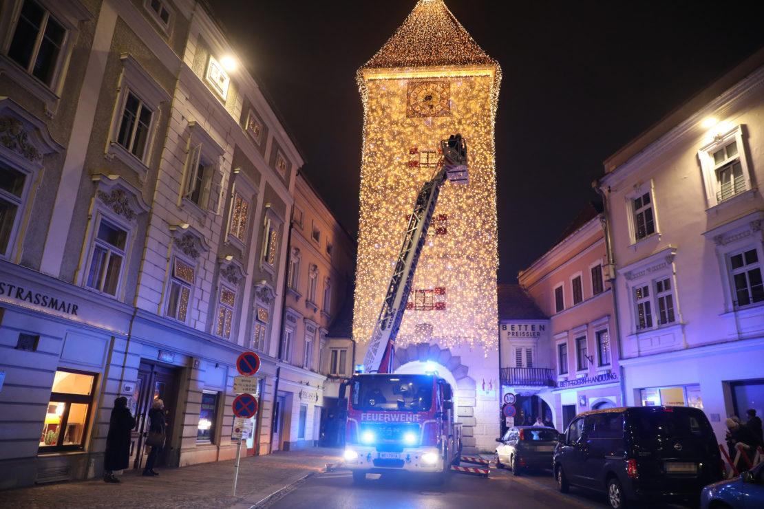 Ledererturm: Großeinsatz der Feuerwehr bei Rauchentwicklung aus Welser Wahrzeichen