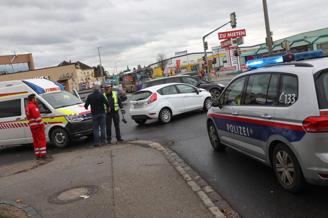 Auto in einem Kreuzungsbereich in Wels-Pernau mit Linienbus kollidiert