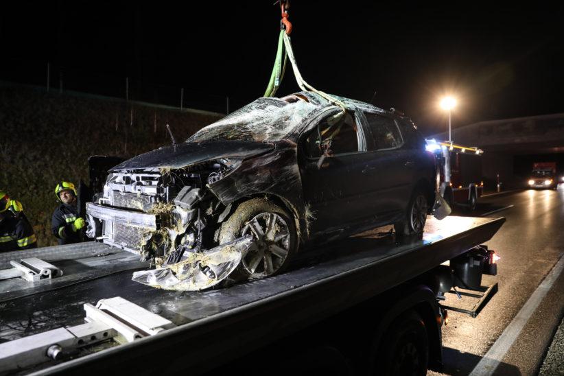"""Lenker unverletzt: Auto bei Unfall auf der """"Umfahrung Lambach"""" überschlagen"""