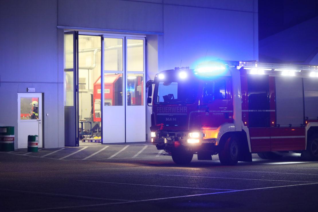 Rauchentwicklung sorgt für Einsatz der Feuerwehr bei Unternehmen in Wels-Pernau