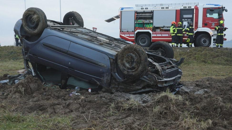 Schwerverletzter bei Verkehrsunfall mit Autoüberschlag in Neukirchen bei Lambach