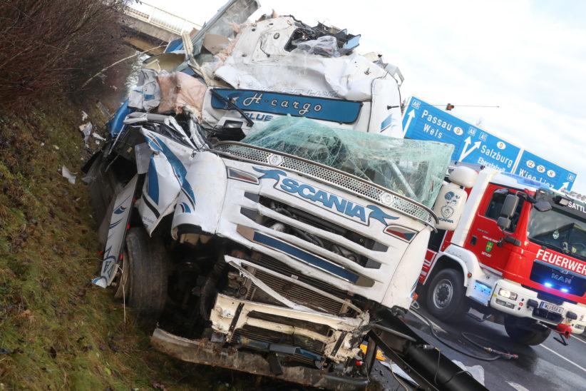 Schwerer LKW-Unfall auf der Pyhrnautobahn bei Sattledt - LKW mit Weihnachtspaketen beladen