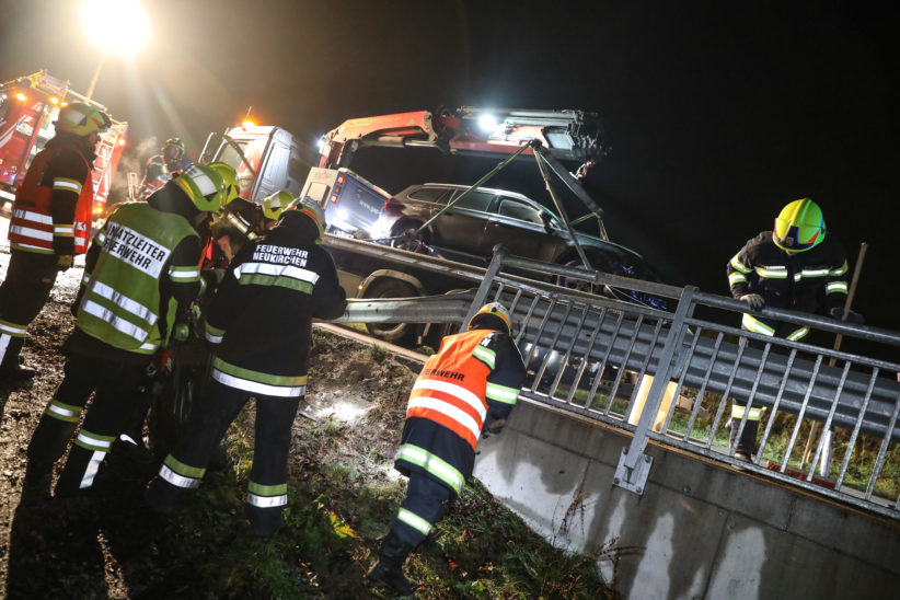 Auto bei Unfall in Neukirchen bei Lambach gegen Brückengeländer gekracht