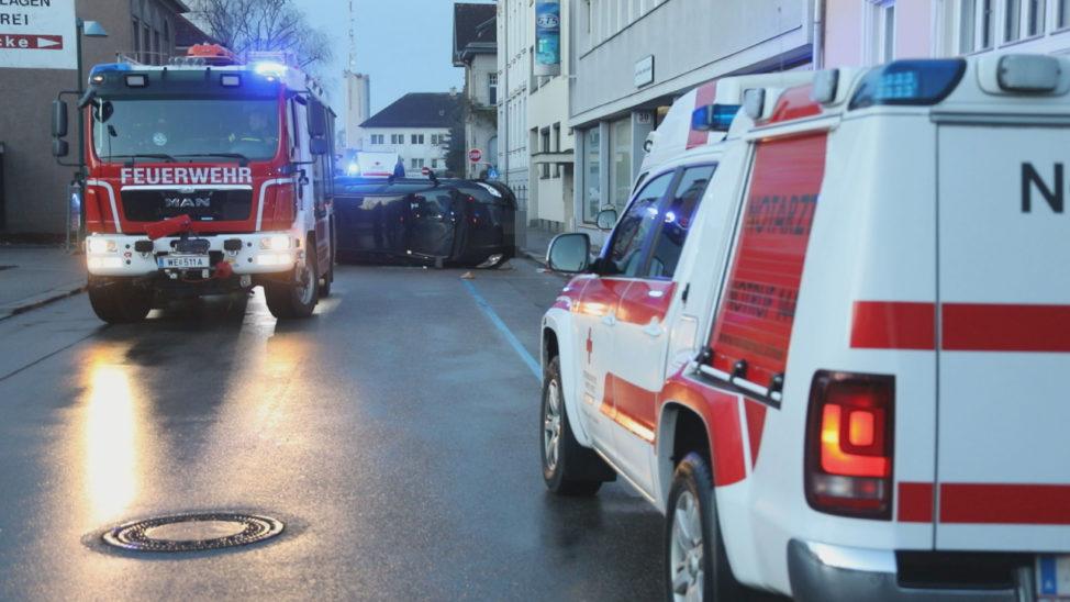 Menschenrettung: Auto bei Verkehrsunfall in Wels-Innenstadt auf die Seite gekippt