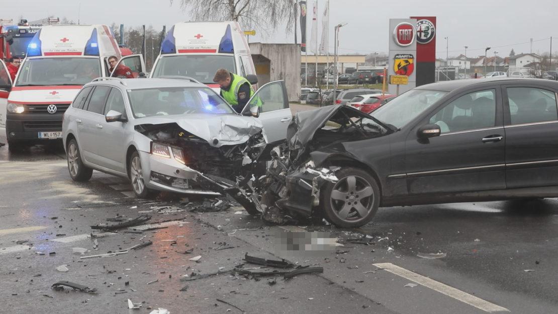 Schwerer Kreuzungscrash auf Wiener Straße zwischen Marchtrenk und Hörsching fordert zwei Verletzte