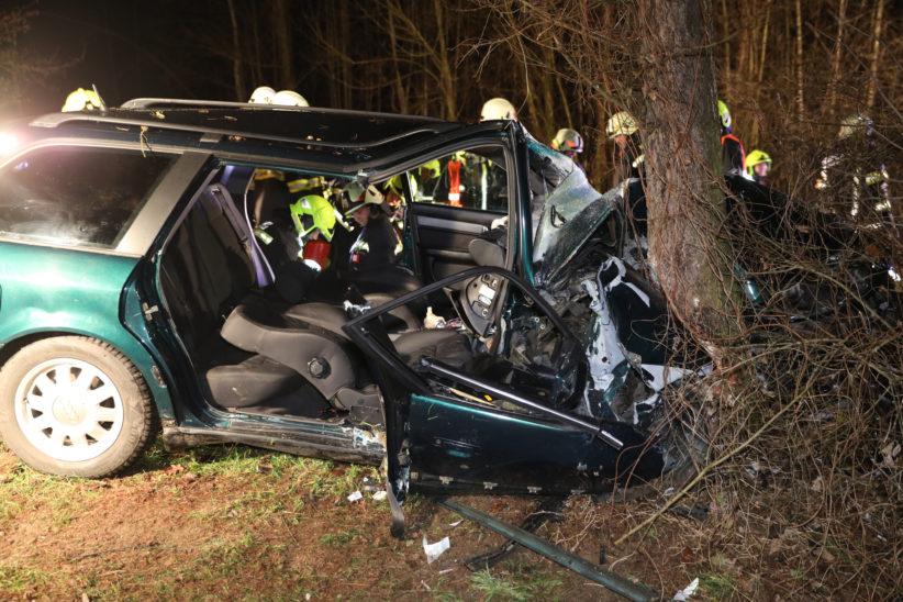 Frontal gegen Baum: Zwei Schwerverletzte nach Crash bei Eberstalzell aus Unfallwrack befreit