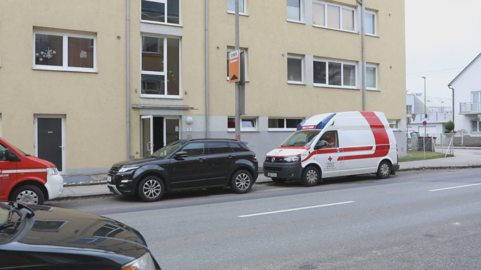 Personenrettung: Rollstuhl steckte in einer Wohnung in Wels-Neustadt verkantet im Türstock fest