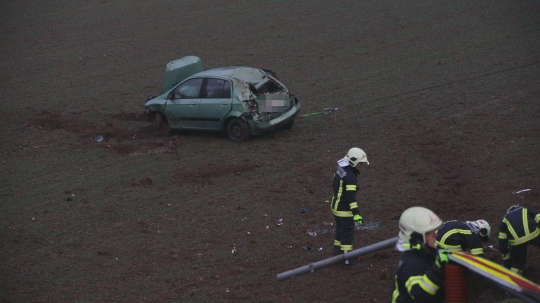PKW-Lenkerin verletzt: Auto in Thalheim bei Wels über Böschung in ein Feld überschlagen
