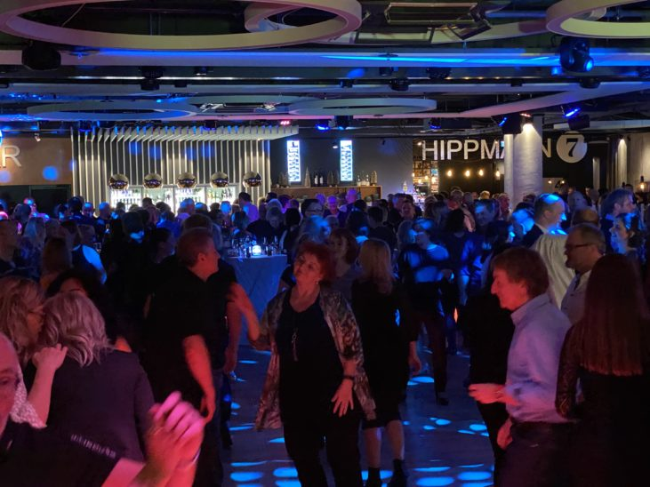 Volle Tanzfläche in HIPPMANN 7 bei der Ü31 Party