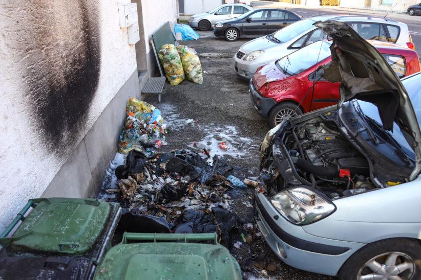Brand einer Hausfassade und zweier Autos in Stadl-Paura durch Feuerwerk im Altpapiercontainer