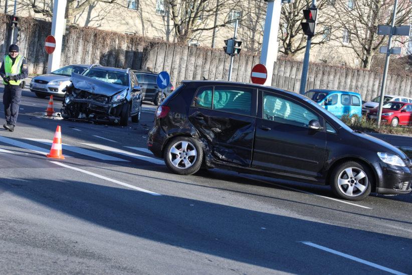 Kreuzungscrash in Wels-Pernau sorgt für erhebliche Verkehrsbehinderungen