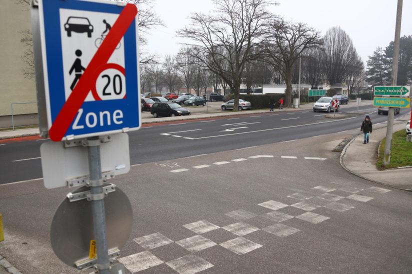 Fußgängerin (32) mit Kinderwagen in Thalheim bei Wels von Auto erfasst
