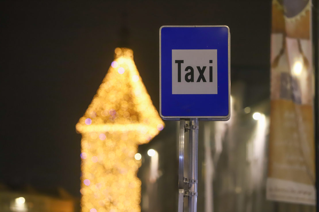 Polizei stoppt in Wels Taxilenker mit geladener Schusswaffe, Suchtgift und gesuchtem Fahrgast