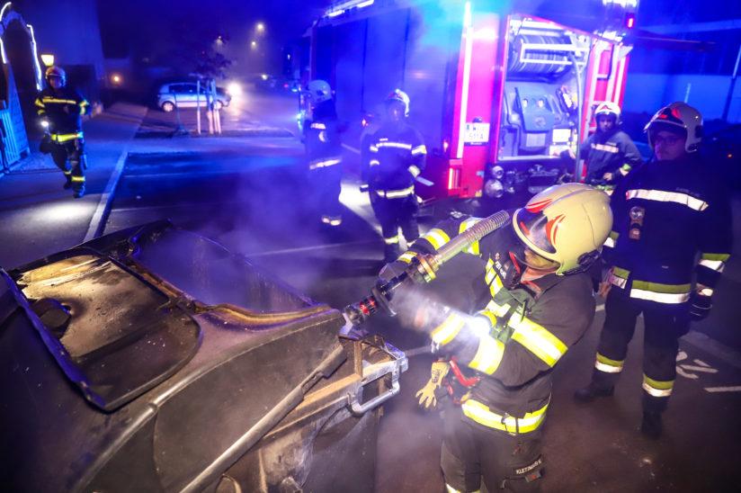 Brand eines Restmüllcontainers in einer Müllinsel in Wels-Pernau