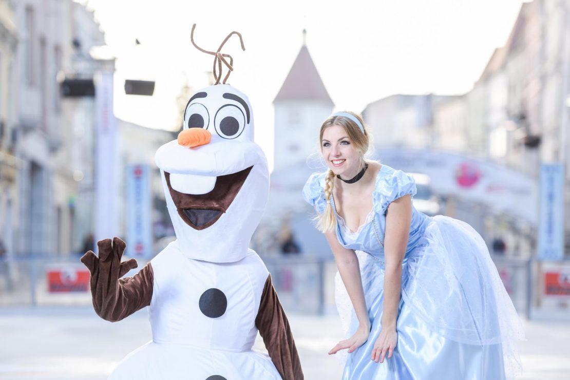 Olaf bzw. die Eisprinzessin: Jeden Freitag beim EIS8er am Stadtplatz