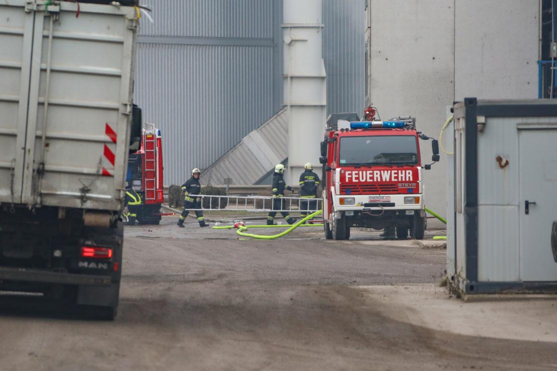 Drei Feuerwehren bei Brand bei Abfallverwertungsunternehmen in Wels-Schafwiesen im Einsatz