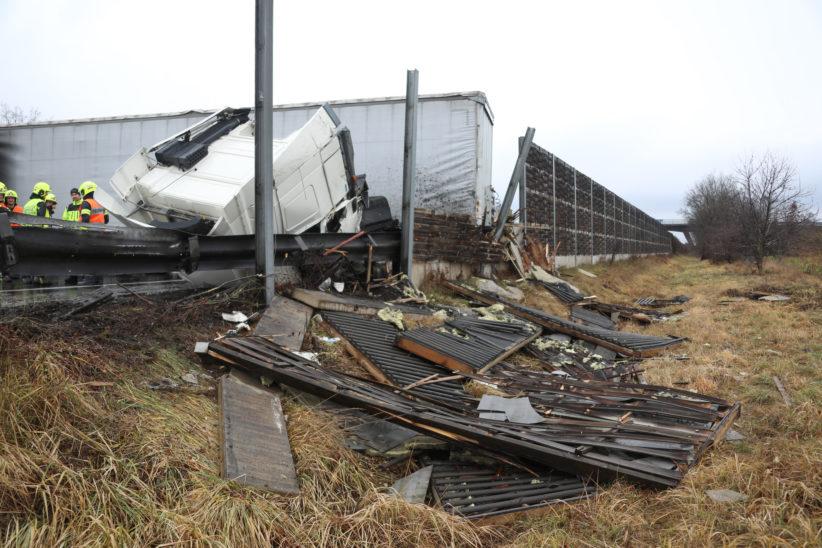 Schwerer LKW-Unfall auf Welser Autobahn bei Weißkirchen an der Traun