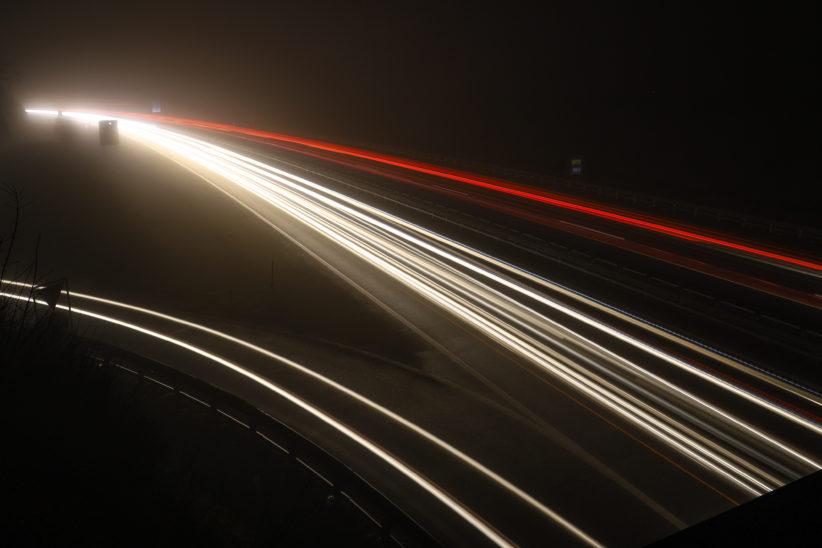 Unfall mit vier Fahrzeugen durch verlorenen Anhängeraufbau auf Innkreisautobahn bei Krenglbach