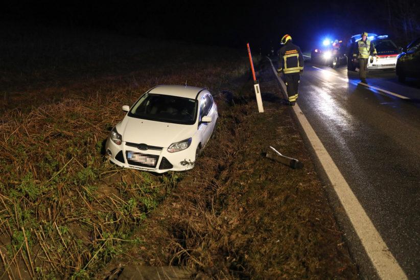 Ausweichmanöver bei Gunskirchen endete für ein Auto im angrenzenden Feld