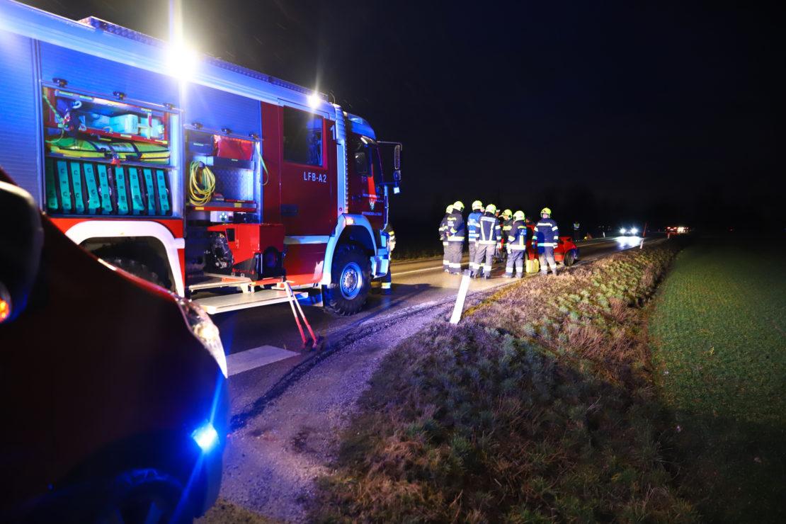 Aufräumarbeiten nach Verkehrsunfall in Weißkirchen an der Traun