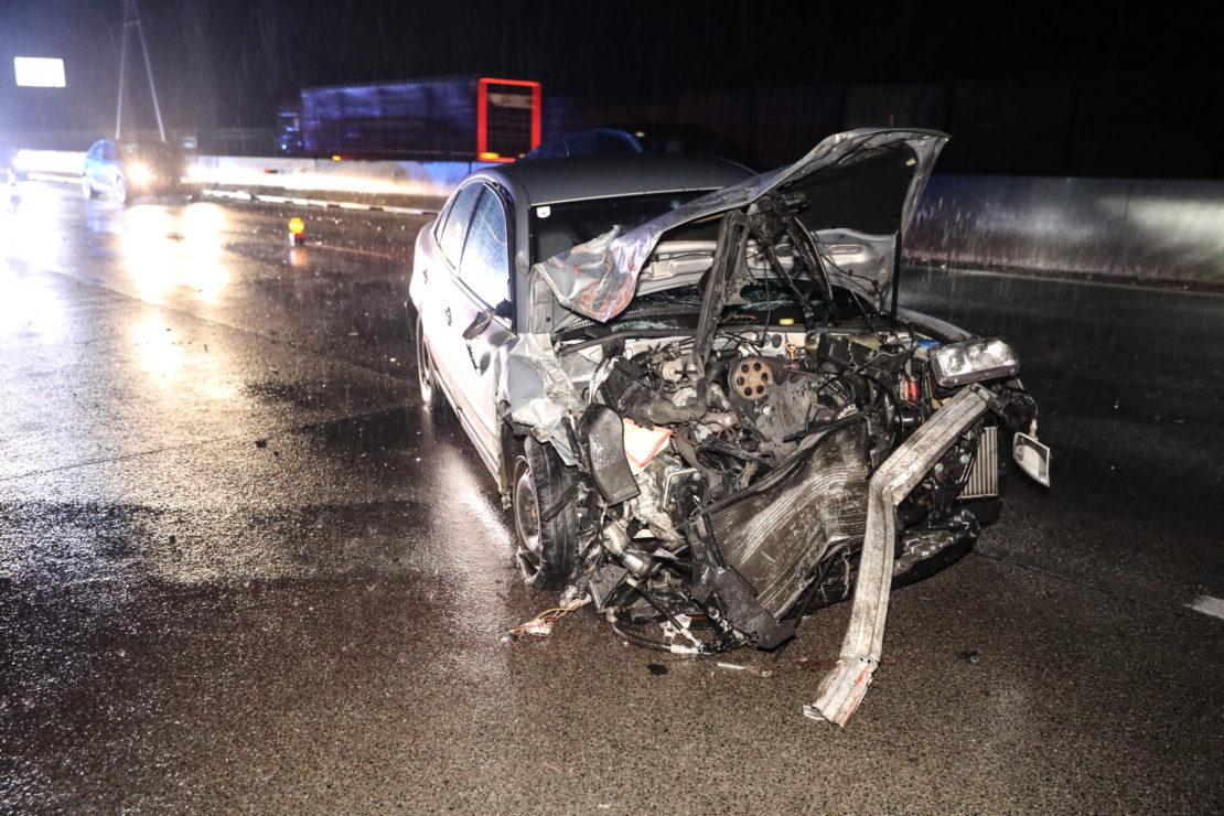 Verkehrsunfall zwischen Auto und Holztransporter auf Westautobahn bei Sattledt