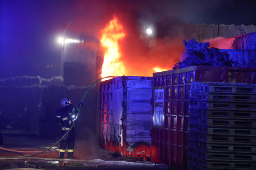 Containerbrand bei einem Recyclingunternehmen in Wels-Pernau sorgt für größeren Einsatz