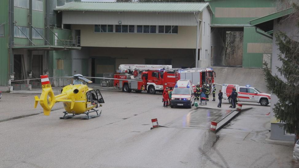 Personenrettung nach schwerem Arbeitsunfall in einem Betriebsgelände in Sattledt