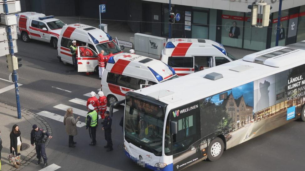 Drei Verletzte bei Verkehrsunfall mit Linienbus in Wels-Innenstadt